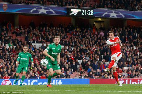 Oezil lap hat-trick, Arsenal len ngoi dau o Champions League - Anh 9