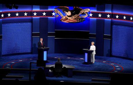 Anh phut dau cuoc tranh luan cuoi cung giua Trump va Clinton - Anh 1