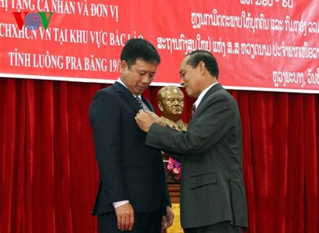 Tong LSQ Viet Nam o Bac Lao nhan Huy chuong huu nghi cua Chinh phu Lao - Anh 1