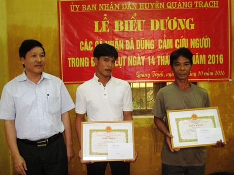 Ton vinh 2 cha con cuu song 15 nguoi trong con lu du tai Quang Binh - Anh 1