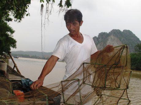 Ton vinh 2 cha con cuu song 15 nguoi trong con lu du tai Quang Binh - Anh 2
