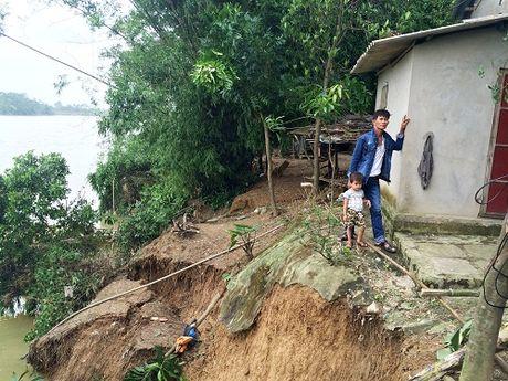 Quang Tri: Nuoc du ngoam sat mong nha, 20 ho dan song trong lo so - Anh 1