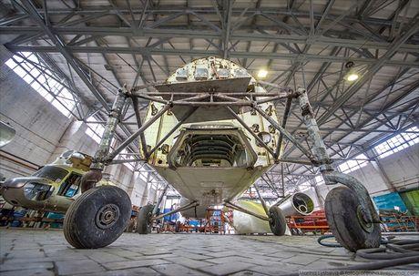 Ngac nhien: Nga hoi sinh truc thang Mi-4 tu 'nghia dia' - Anh 11