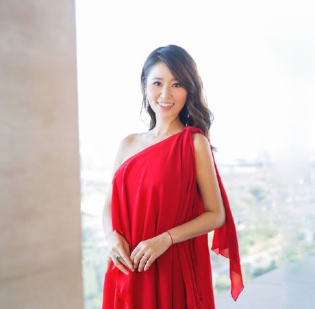 Ba bau Lam Tam Nhu sexy khong mac noi y di su kien - Anh 3