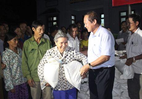 Bo Thong tin va Truyen thong tang qua cuu tro cho nguoi dan vung lu - Anh 1