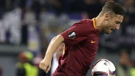 Totti gay sot voi 2 pha sieu kien tao trong tran hoa mua ban thang cua AS Roma - Anh 1