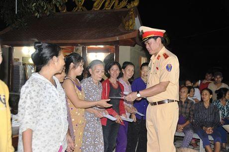 Cuc CSGT chia se voi dong bao vung ron lu Quang Binh - Anh 1