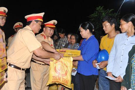 Cuc CSGT chia se voi dong bao vung ron lu Quang Binh - Anh 3