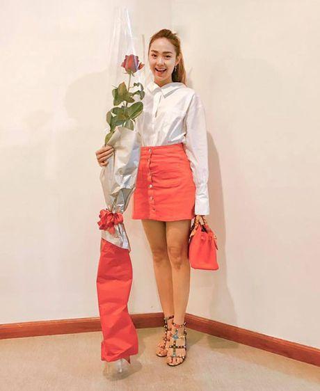 Sao Viet 21/10: Minh Hang duoc tang hoa cao bang nguoi, Thu Thao lung tran mong manh - Anh 7