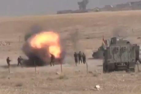 Clip: Tay sung IS phat no ngay gan cac binh si nguoi Kurd o Mosul - Anh 1