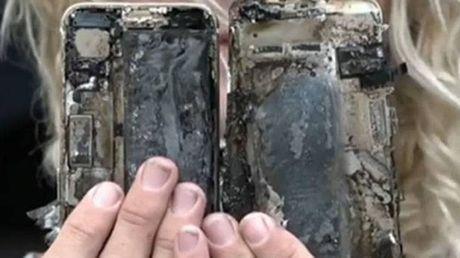 iPhone 7 moi mua duoc 1 tuan cung boc chay tren xe - Anh 1