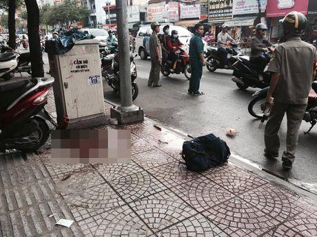 TP.HCM: Nam thanh nien dang di bi chem gan lia tay - Anh 1