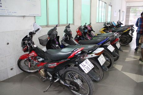 Hon 100 thanh nien dua xe nao loan QL 1A - Anh 1