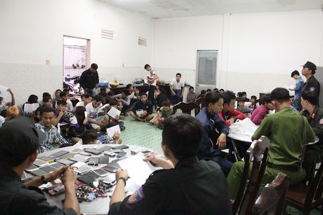Hon 100 thanh nien dua xe nao loan QL 1A - Anh 2