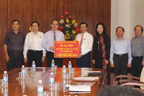 Bo Tai chinh trao 1,3 ty dong ung ho dong bao mien Trung - Anh 1