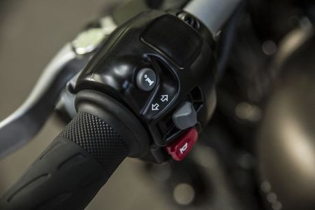 Triumph bat ngo tung ra Bonneville Bobber 2017 dep me man - Anh 10