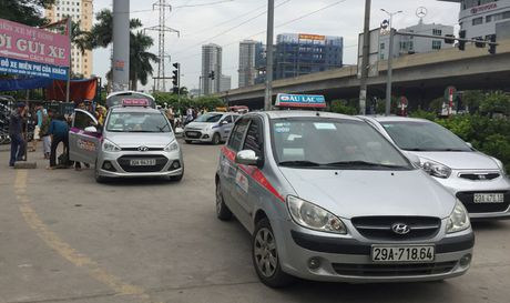 Taxi ngoai tinh tran vao Ha Noi: Lo hong trong quan ly - Anh 1