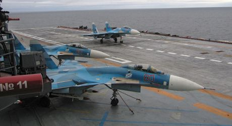 Tau NATO giam sat nhom tau san bay Nga khi di qua vung bien Anh - Anh 1