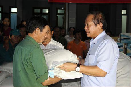 Bo truong Truong Minh Tuan tham va tang qua dong bao bi lu lut tai Ha Tinh, Quang Binh - Anh 1
