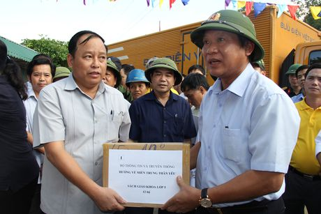 Bo truong Truong Minh Tuan tham va tang qua dong bao bi lu lut tai Ha Tinh, Quang Binh - Anh 2