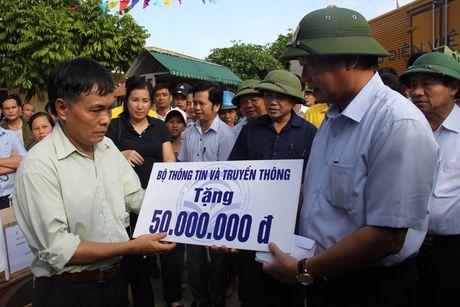 Bo truong Truong Minh Tuan tham va tang qua dong bao bi lu lut tai Ha Tinh, Quang Binh - Anh 3