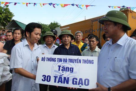Bo truong Truong Minh Tuan tham va tang qua dong bao bi lu lut tai Ha Tinh, Quang Binh - Anh 4