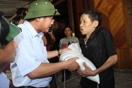 Bo truong Truong Minh Tuan tham va tang qua dong bao bi lu lut tai Ha Tinh, Quang Binh - Anh 6
