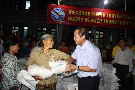 Bo truong Truong Minh Tuan tham va tang qua dong bao bi lu lut tai Ha Tinh, Quang Binh - Anh 7