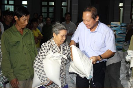 Bo truong Truong Minh Tuan tham va tang qua dong bao bi lu lut tai Ha Tinh, Quang Binh - Anh 8