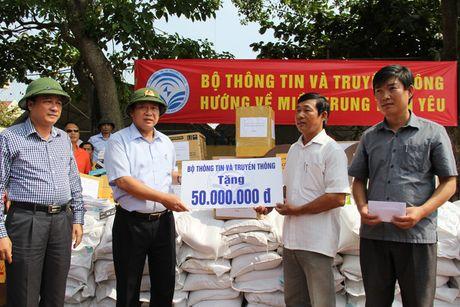 Bo truong Truong Minh Tuan tham va tang qua dong bao lu lut Quang Binh - Anh 1