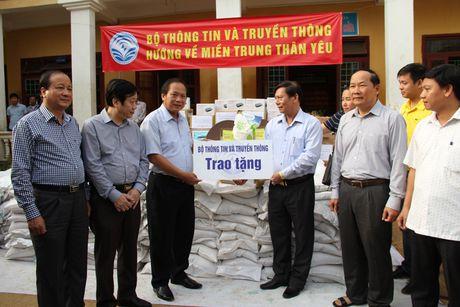 Bo truong Truong Minh Tuan tham va tang qua dong bao lu lut Quang Binh - Anh 2