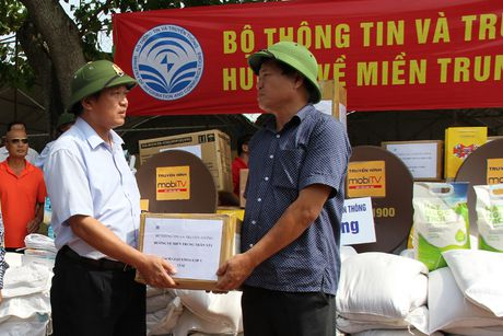 Bo truong Truong Minh Tuan tham va tang qua dong bao lu lut Quang Binh - Anh 3