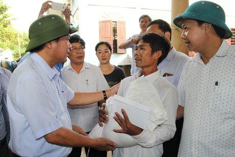 Bo truong Truong Minh Tuan tham va tang qua dong bao lu lut Quang Binh - Anh 5