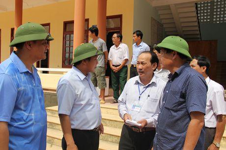 Bo truong Truong Minh Tuan tham va tang qua dong bao lu lut Quang Binh - Anh 7