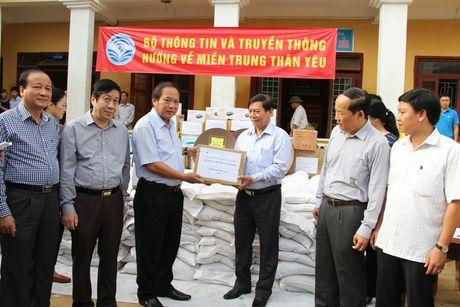 Bo truong Truong Minh Tuan tham va tang qua dong bao lu lut Quang Binh - Anh 8