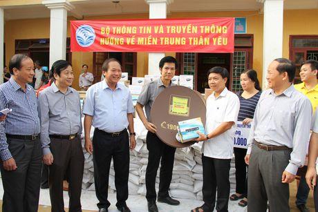 Bo truong Truong Minh Tuan tham va tang qua dong bao lu lut Quang Binh - Anh 9