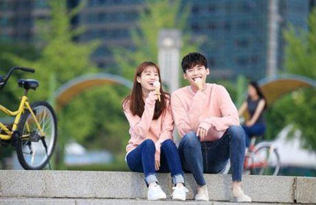 Lee Jong Suk va Han Hyo Joo cua 'W - Hai the gioi' qua tinh tu tren tap chi - Anh 1