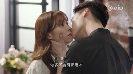 Lee Jong Suk va Han Hyo Joo cua 'W - Hai the gioi' qua tinh tu tren tap chi - Anh 2