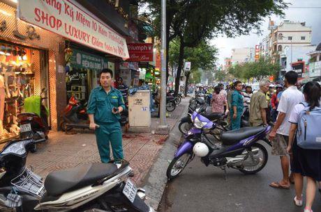 Nguoi dan ong bi 2 doi tuong vung dao chem gan lia tay tren pho Sai Gon - Anh 1