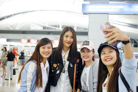 Fan ra san bay luc nua dem tien thay tro Lan Khue - Mai Ngo di Han Quoc - Anh 7