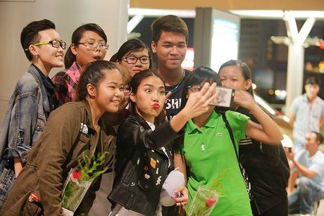 Fan ra san bay luc nua dem tien thay tro Lan Khue - Mai Ngo di Han Quoc - Anh 8