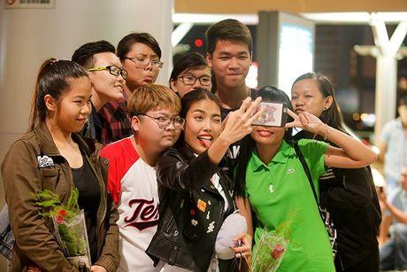 Fan ra san bay luc nua dem tien thay tro Lan Khue - Mai Ngo di Han Quoc - Anh 9