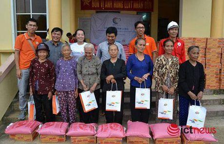 FPT trao hon 3.000 suat qua tong tri gia 730 trieu dong cho nguoi dan mien Trung - Anh 1