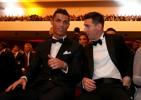 'Khong the danh gia Messi hay Ronaldo xuat sac hon' - Anh 1