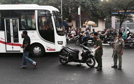 Thanh nien bi chem gan lia tay khi dang chay xe o Sai Gon - Anh 1