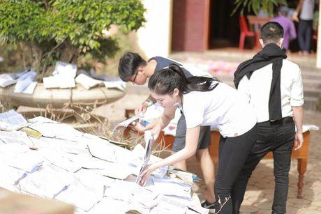 Hoa hau Ky Duyen am tham di trao qua cho ba con vung lu mien Trung - Anh 10