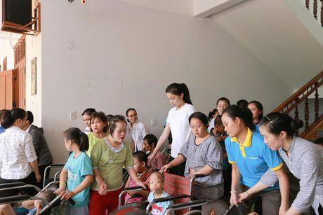 Hoa hau Ky Duyen am tham di trao qua cho ba con vung lu mien Trung - Anh 11