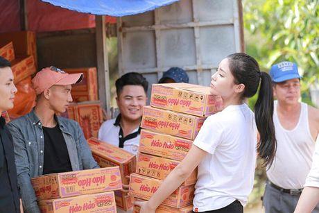 Hoa hau Ky Duyen am tham di trao qua cho ba con vung lu mien Trung - Anh 1