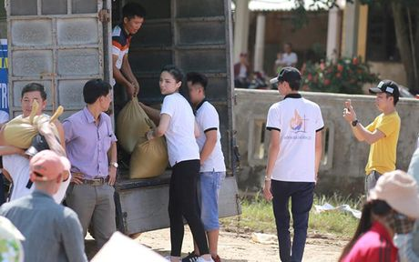 Hoa hau Ky Duyen am tham di trao qua cho ba con vung lu mien Trung - Anh 3
