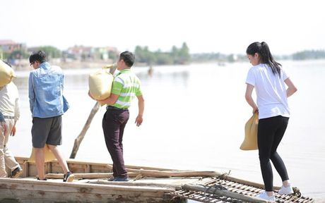 Hoa hau Ky Duyen am tham di trao qua cho ba con vung lu mien Trung - Anh 4